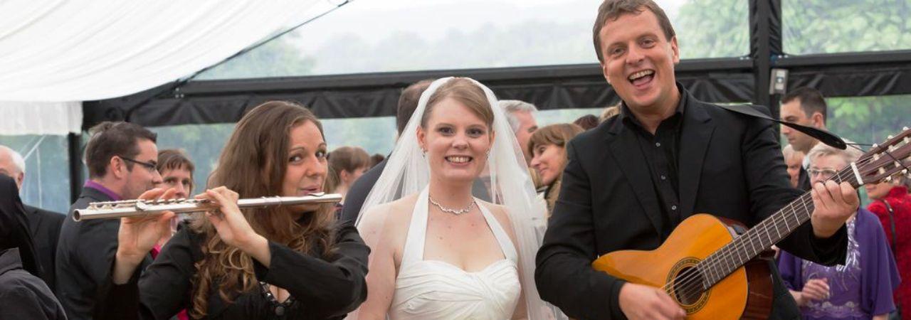 Braut mit Hochzeitsmusikern