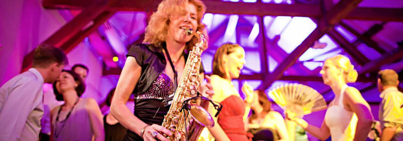 Hochzeitsmusikerin spielt Saxofon