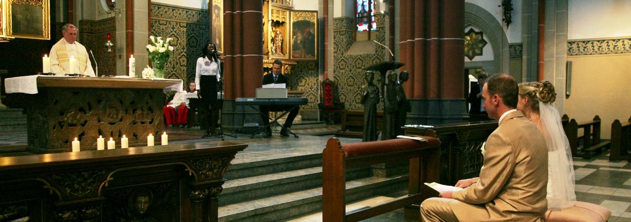 Sängerin mit Begleitmusiker während einer kirchlichen Trauung